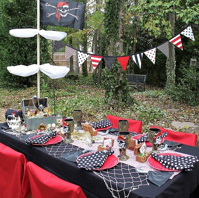 PIRATE PARTY DINNER TABLE WITH SHIP MAST & FLAG BANNER