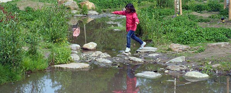 Natuurspeeltuin Sjabolleke, midden in beekdal en naast het stadspark in Sittard. Lekker spelen en vies worden in een avontuurlijk ingericht stuk bos is een onvergetelijke dag voor je kids!