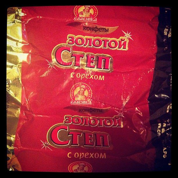 Случайно вчера наткнулся на эти конфеты, выложил фото в Instagram, оказывается, многие хорошо знакомы с изделием, называют русским сникерсом, радуются и испытывают позитивные вибрации. Сверху шоколад, внутри нуга и орехи, конфета большая, к сожалению, я вчера съел все найденные дома, так что фотографий больше не будет.