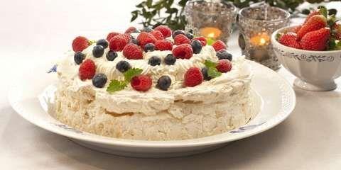 KLASSISK FESTKAKE: Til og med pavlova kan lages som kake uten egg. Selve marengsen består av vann, sukker, gelantin og vaniljesukker.