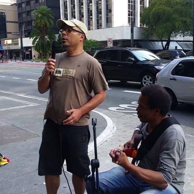 """Momentos que a Arte nos proporciona... Andando na Paulista @isabeh tromba com seu amigo Querubim, companheiro de música na noite por tantos anos e ele o chama para a """"canja""""... #artenarua #sp #avenidapaulista #saopaulo #brasil #brazil #djavan #petala #barzinho #musicodanoite #somdebarzinho"""