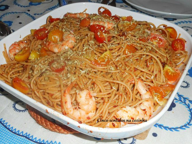 Cinco sentidos na cozinha: Esparguete integral com camarão em molho de tomate...