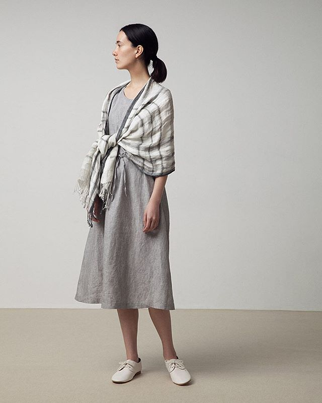 Spring & Summer Women's Collection 17 フレンチリネンノースリーブワンピース フレンチリネン柄ストール 4穴フラットシューズ FRENCH LINEN PATTERNED STOLE FRENCH LINEN SLEEVELESS DRESS 4 HOLE FLAT SHOES *The availabilities of items depend on each country. #muji #無印良品 #dress #ワンピース #stole #ストール #linen #麻 #16ss_w3