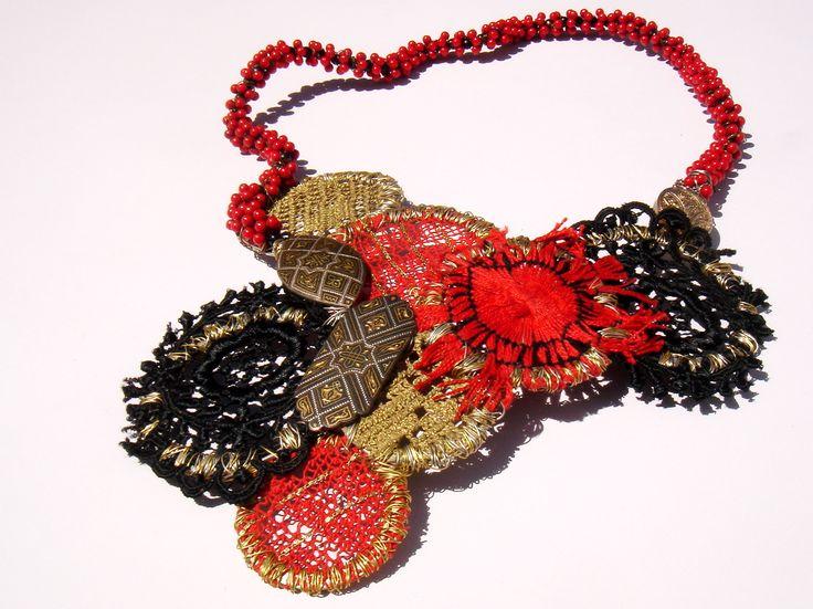 tota recicladosJewelry Necklaces, Inspiration Fiber, Cardboard Jewelry, Jewelry Inspiration, Tota Reciclados, Textiles Art, Collars, Art Projects, Bijouterie Jewelry