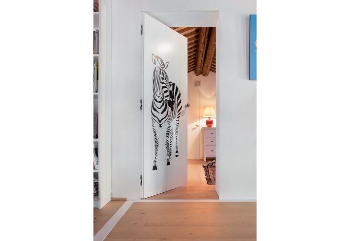 Porte Syntesis® battante, laissez vous charmer par son ouverture :) #zèbre #chambre #enfant #door #porte #maison #home #house #flat #loft #bedroom #lit http://www.eclisse.fr/Produits/Chassis-pour-portes-coulissantes/Syntesis-R-Battant
