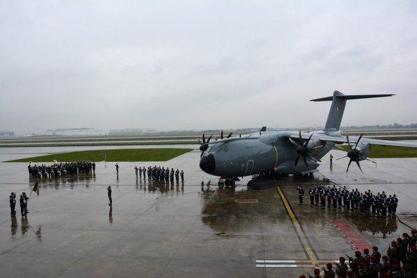 """Sous une météo capricieuse le A400M Atlas """"Ville de Toulouse"""" a droit aux honneurs militaires."""