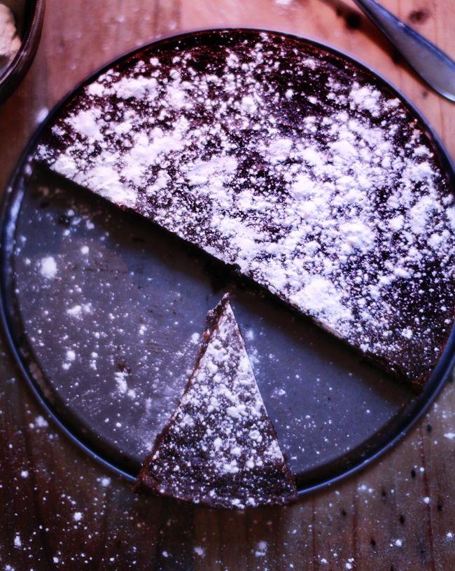 PEPPARKAKSKLADDKAKA 3 ägg 3 1/2 dl strösocker 1 tsk vaniljsocker 5 msk kakao 2-3 tsk pepparkakskryddor 2 dl vetemjöl 150 gram smält smör Ställ ugnen på 175 grader. Smält smöret och låt svalna. Rör ihop ägg och socker (vispa inte), blanda de torra ingredienserna och rör ner i smeten. Rör sist ner smöret. Bred ut smeten i en rund form (smörad) och ställ in i ugnen i cirka 20 minuter. Den ska fortfarande vara lite lös i mitten, det ordnar upp sig sen när den svalnat.