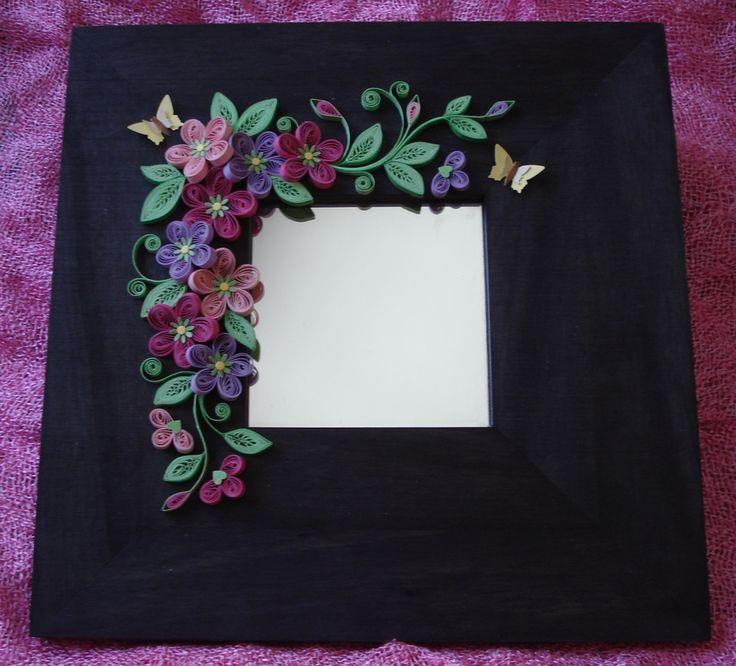 Espejo con marco de madera decorado con cartulina. Puedes encontrarlo en tienda.elenartesamna.com