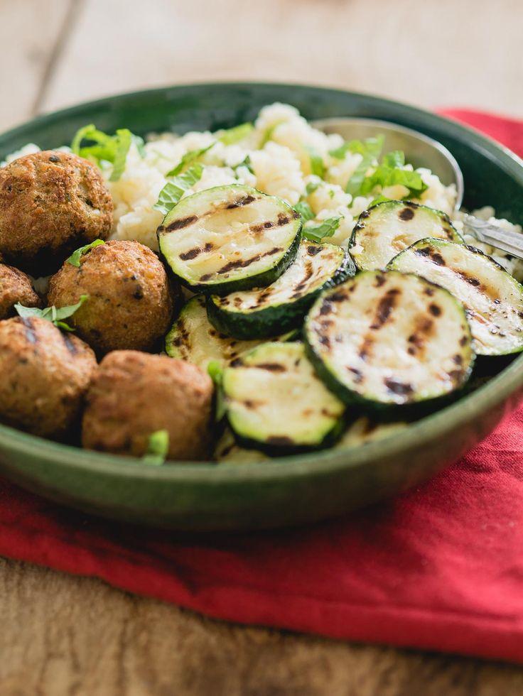 Een bowl is de perfecte formule voor snelle recepten. Deze bowl met falafel is ook nog eens vegetarisch en heerlijk! De bowl is gevuld met falafel, gegrilde courgette en bulgur.