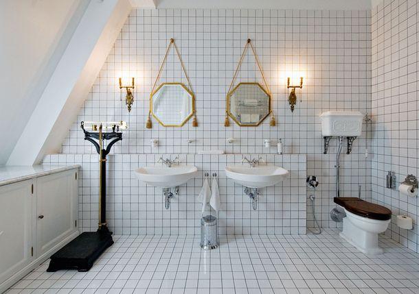 Елена Корнилова. Квартира в Москве. Белая плитка, чугунная ванна на лапах, антикварные зеркала и шкаф.
