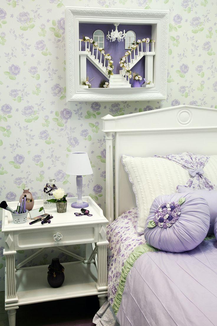 A combinação entre o verde e o lilás sempre dão um ar suave e aconchegante ao ambiente. O uso do papel de parede floral no quarto é uma ótima opção. Combinado com móveis claros e acessórios combinando, deixa a decoração leve e charmosa.