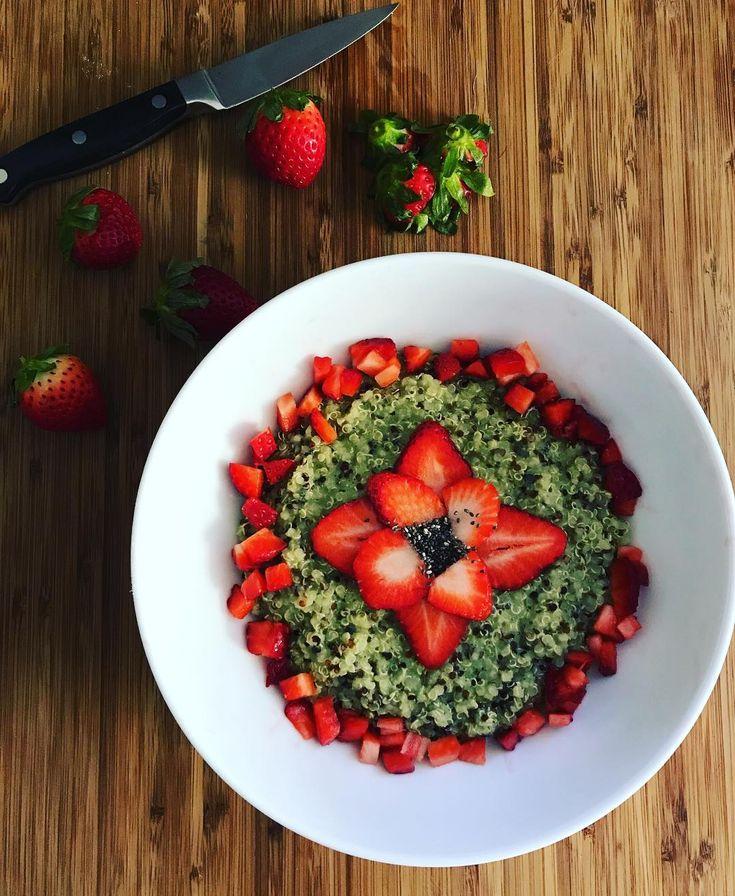 Strawberry and matcha quinoa breakfast bowl topped with chia seeds. #whatsforbreakfast #newyearnewme #healthylifestyle #fitmom #fitfoodie #foodie  #matcha #strawberries #chia #instafood #foodstagram #eathealthy #cleaneating #breakfast #quinoa #omnomnom