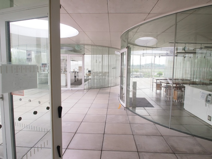 逢妻交流館 豊田市生涯学習センター/妹島和世。  建物の中に同じような曲線で構成された個室があって、さらに最上階の屋根まであいてる。
