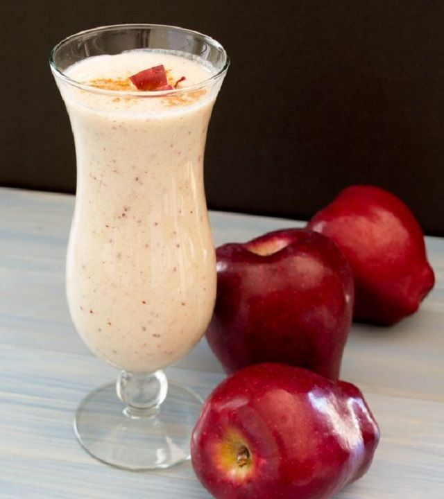 Batido de manzana para aplanar el abdomen | Recetas para adelgazar Ingredientes: •1/2 taza de leche descremada o de soya •6 oz de yogur de vainilla (de 80 calorías por lo menos) •1 cucharadita de canela •1 manzana mediana en cubos •2 cucharadas de mantequilla de almendras •1 puñado de hielo  Licua todos los ingredientes hasta suavizarlos. Este batido queda algo espeso, por lo que es posible que debas comerlo como si se trata de un yogur.
