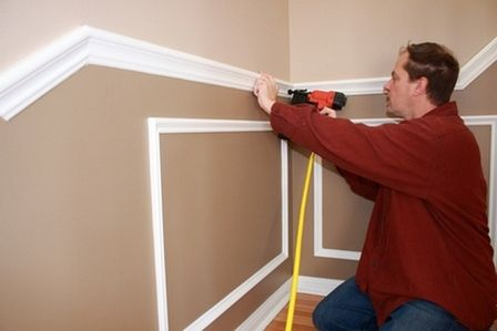 стена делится горизонтально с помощью широкого профиля — молдинга, который крепится на стену на высоте 90-150 см от пола по всему периметру комнаты.После закрепления горизонтальной планки делается «панельная» раскладка полиуретановых молдингов или деревянных планок, которые крепятся по низу стены с помощью саморезов и/или клея.