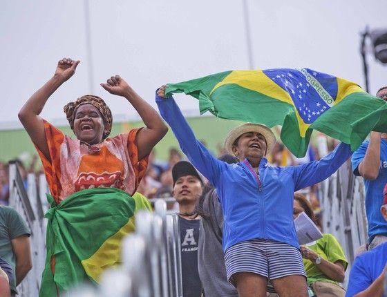 Torcida na arena de vôlei em Copacabana. (Foto: Pedro Farina/ ÉPOCA)