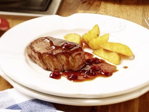 Rindermedaillons mit Cranberry-Cassis-Sauce