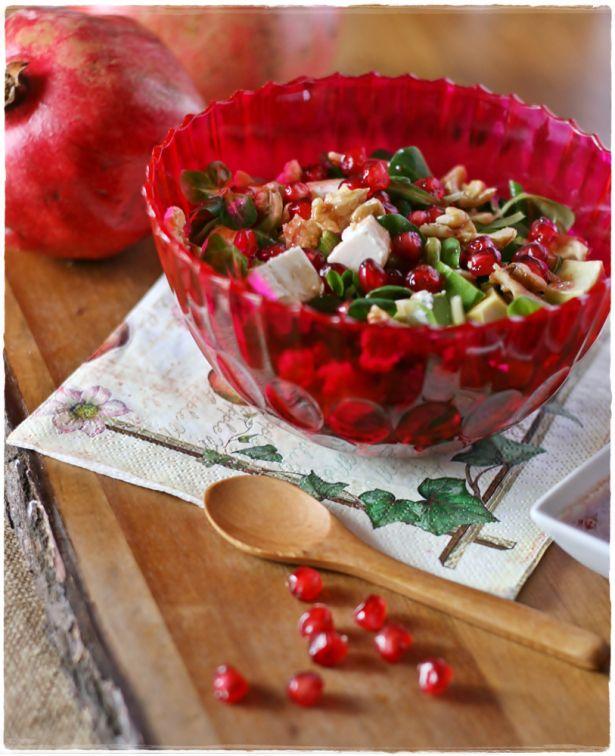 SEMI DI MELOGRANO BIO FORLIVE sono speciali in insalata!  Ecco una ricetta gustosa: Insalata melograno, valeriana, noci, feta, e avocado.