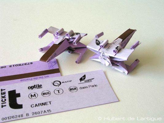 Un X-Wing avec un ticket de métro ! site web qui explique comment arriver à ce résultat : http://www.hubertdelartigue.com/pp_xwing_01.html