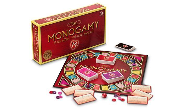 Piccante gioco per adulti Monogamy. La combinazione di dadi e vari mazzi di carte su un tabellone scatenerà le vostre più ardenti fantasie erotiche.