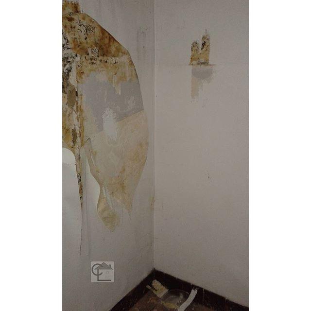 Plaques en amiante anti humidité sur 1.20 m de hauteur. Pour l'anti humidité, c'était pas vraiment efficace #cabinetlucarre #diagnosticsimmobiliers #neuvilleenferrain