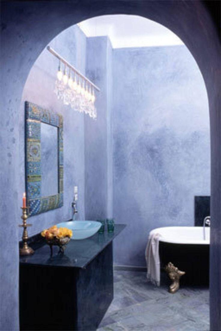 Tadelakt ist ein natürlicher Kalkputz, der aus Marokko stammt und in seiner nordafrikanischen Heimat sowohl im Innen- als auch im Außenbereich Verwendung findet. Von der Dachkuppel bis zum Dampfbad und vom Waschbecken bis zum Terrassenboden - dieses Material ist vielseitig einsetzbar und überraschend facettenreich. Spezielle Poliersteine sorgen während des Verarbeitungsprozesses für die homogene, wasserdichte und angenehm warme Beschaffenheit des Produkts. Tadelakt ist darüber hinaus…
