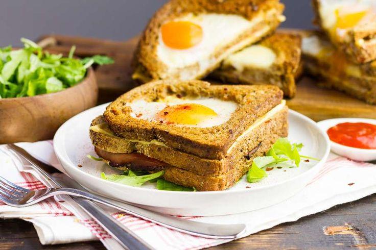 Recept voor feestelijke tosti voor 4 personen. Met brood, ham, kaas, ei, paprikapoeder en tomatenketchup
