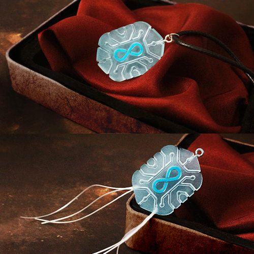 De ketting is gemaakt van Chip of The Flame ketting Lexa duidelijk plexiglas en werkte daarna met de hand. Gegraveerd in het midden de infinity symbool hand geschilderd met emaille voor juwelen. U kunt kiezen tussen twee modellen: de gesloten chip of een chip met draden, De hanger is beschikbaar als een ketting met lederen koord, rubber, stalen ketting of sleutelhanger. Objectgegevens: Materiaal: plexiglas Kleur: semi-transparant Rope lengte: 60 cm Hanger grootte: 3.5 x 2.5 cm