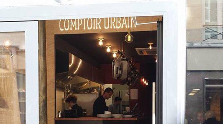 Tout nouveau, tout beau. Le Comptoir Urbain, annexe un peu plus street du beaucoup plus que correct Bistro du même nom, verse quasiment dans le bar à salades. Au menu, plats du jour et bistrologie de comptoir. So 2004. Sauf que la petite adresse flambante neuve la pousse un peu plus quand même : un super poulet au curry rouge sur un riz pilaf au jasmin avec de jolis légumes (carottes et céleri branche) cuits croquants dessus, salades tip top (betteraves rôties/fenouil/balsamique blanc ou…