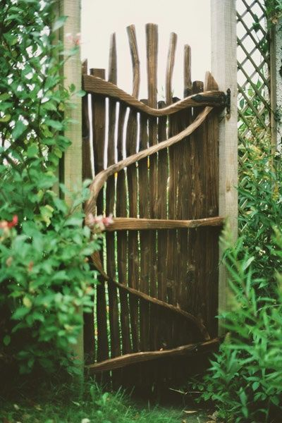 rustic gate from driftwood  // Great Gardens & Ideas //