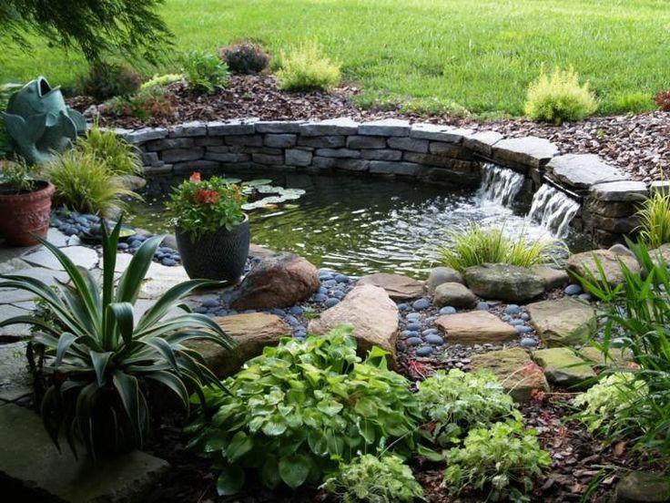 Une vue d'un bassin de jardin en pierres