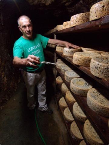 Fermín en la cueva de los quesos de Cabrales