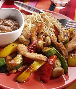 Pinda-wokdip met kip en groenten