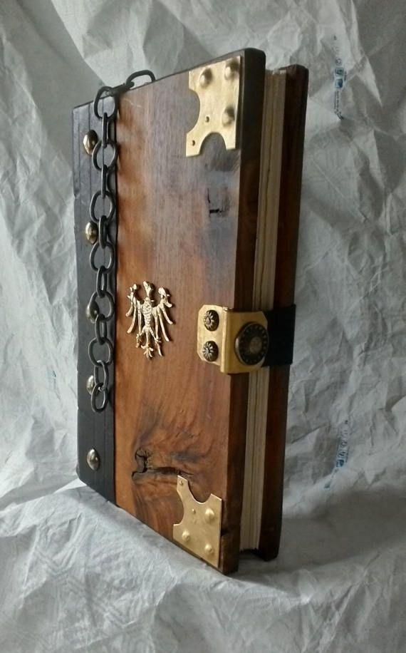 Buch der Unterschriften Verwitterter hölzerner Bucheinband Acquila Messing von Handwerker gemacht Bindung im mittelalterlichen Stil