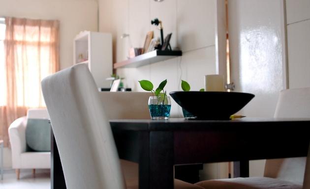 Se requiere de algunos secretos para aprovechar cada centímetro de esos diminutos espacios y prevenir algo parecido a la claustrofobia. Los muebles que mayor dimensión tengan deben ser los más claros, tal es el caso de sofás, camas, mesas por ejemplo.