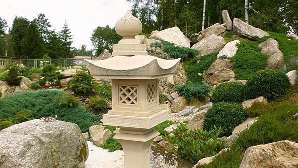 Zvací japonská lampa je u vstupu do zahrady a vítá návštěvníka. Ten se rozhodne, zda půjde dál svojí cestou nebo zavítá do zeleného ticha.