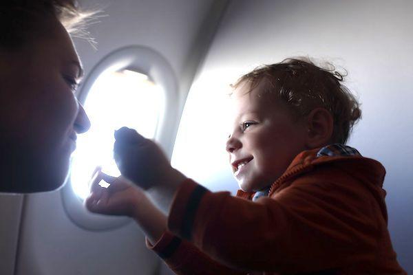Aprenda a aliviar o desconforto do ouvido do bebê ou da criança durante os voos. Dicas de uma otorrinolaringologista para usar já!