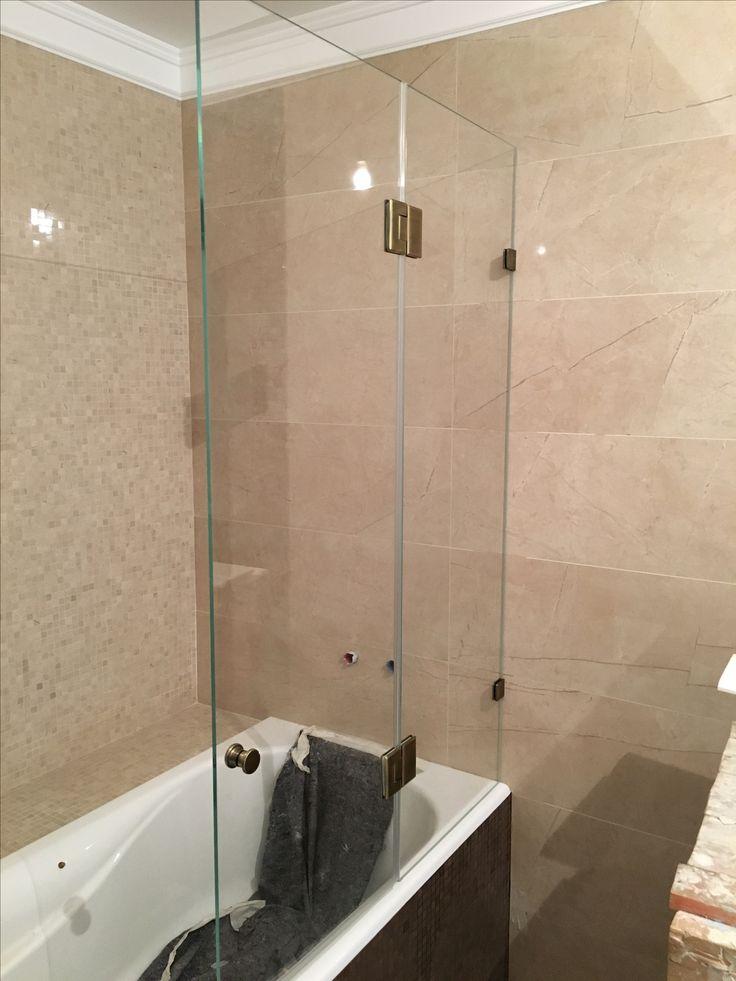 Стеклянная шторка на ванну эконом класса с петлями в покрытии Бронза от компании DeHaus. Производство по индивидуальным размерам в течение 2 недель.