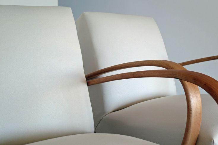 Čistá krása... Renovace dvou křesel na přání. Nádherná klasika z 50tých let v nové podobě. Dřevěné područky a nohy jsou zbroušeny na čisté dřevo a napuštěny bezbarvýmolejem pro přirozený vzhled. Krásná potahová látka v bílé barvě kontrastuje se světlým dřevem.