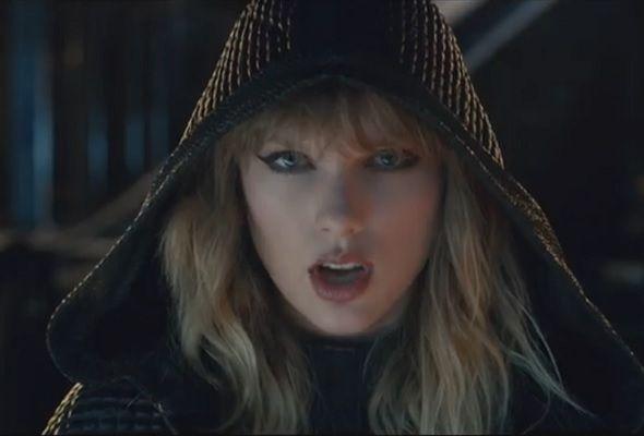 Taylor Swift tampil sebagai cyborg 'berbogel'   SETELAH sekian lama membuatkan peminatnya ternanti-nanti penyanyi Taylor Swift akhirnya menayangkan klip video single terbaharunya 'Ready For It?' menerusi saluran TaylorSwiftVEVO hari ini.  Video itu setakat ini sudah mencatat lebih daripada 1.2 juta tontonan dalam tempoh tiga jam ia dimuat naik.  Seperti biasa Swift akan menampilkan kelainan dalam setiap klip video dan kali ini mewujudkan watak cyborg yang menyerupai beliau.  Menerusi video…