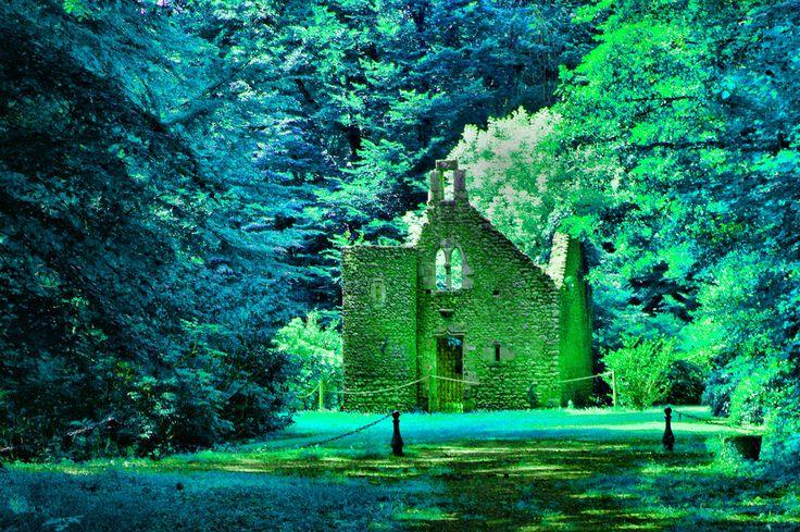 Kapliczka w zamkowym parku w baśniowych kolorach - Zamek Portretów