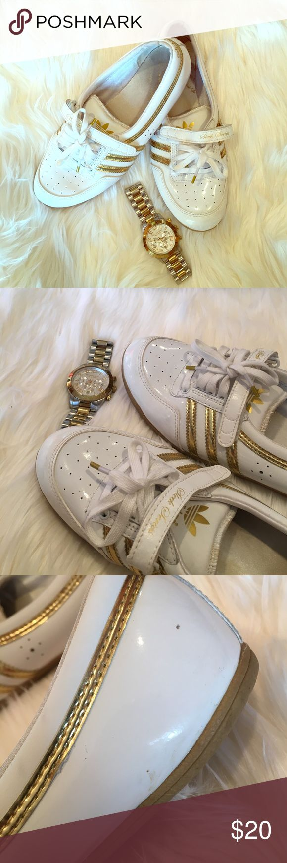 White and Gold Adidas Sleek Series Adidas Sleek Series, white and gold! They have a few scuffs (pictured) but they are hardly noticeable on. They tie but also have a fun velcro strap (hello throwback!) super fun shoes for golf or tennis or really any day 💁🏻 Adidas Shoes Sneakers