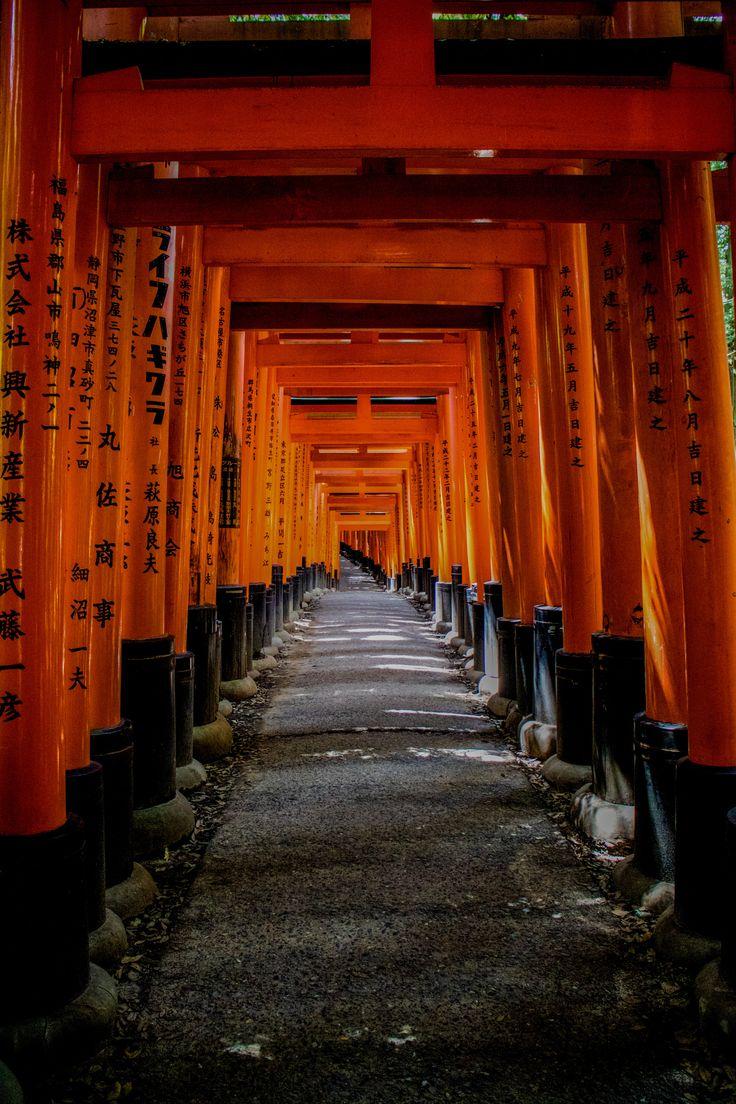 Red torii road - The walk through red torii in Fushimi Inari shrine