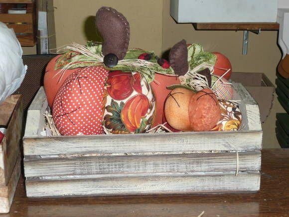 Lindo caixote de madeira pintado a mão com três abóboras de tamanhos diferentes confeccionadas em tecido100% algodão nacional e importado.  Leve mais alegria e bom gosto para sua cozinha ou sala de jantar! R$ 95,00