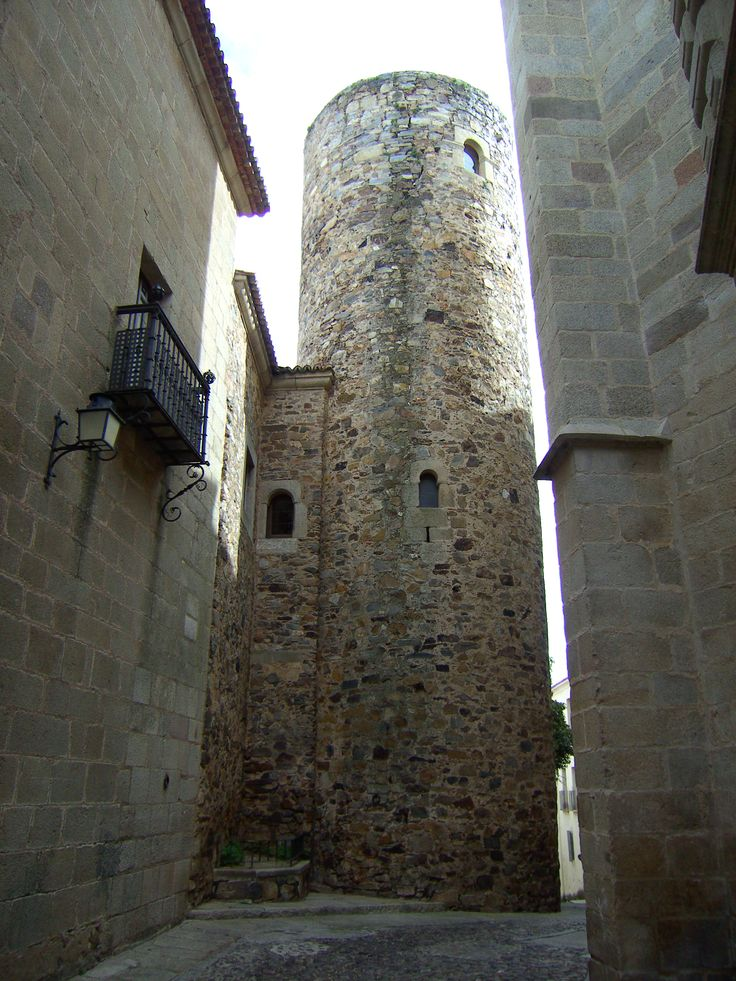 Torre de Carvajal,Cáceres, España.Torre redonda almohade del siglo XII. Pulse en la fotografía para ver #casas_en_Cáceres.