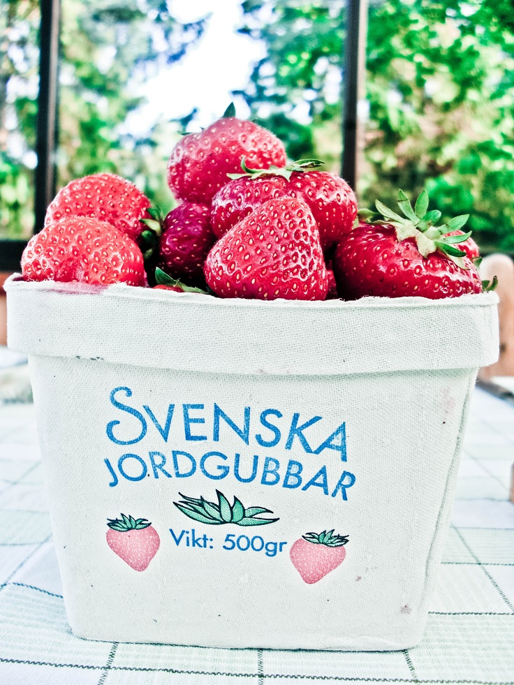 Now it's the season for the Swedish strawberries and it's such a treat to eat them with a really good vanilla ice cream. Yum!