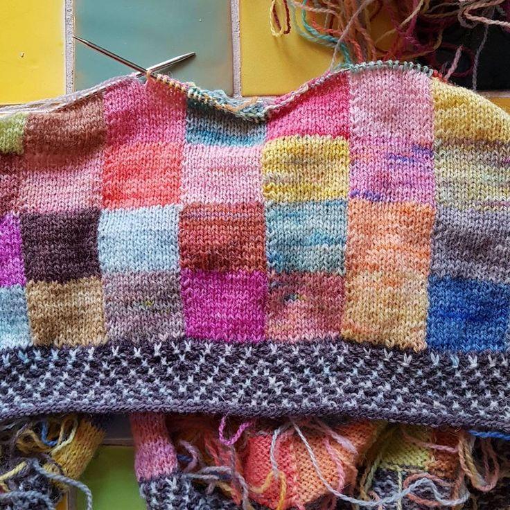 Storstilet projekt: tæppe strikket i lammeuld fra undertegnede. Tvivler lidt på om det nogensinde bliver færdig.  #handdyedbycharlottespagner #garnudsalg #indiedyer #håndfarvetgarn #handdyedyarn #handdyersofinstagram #blanket