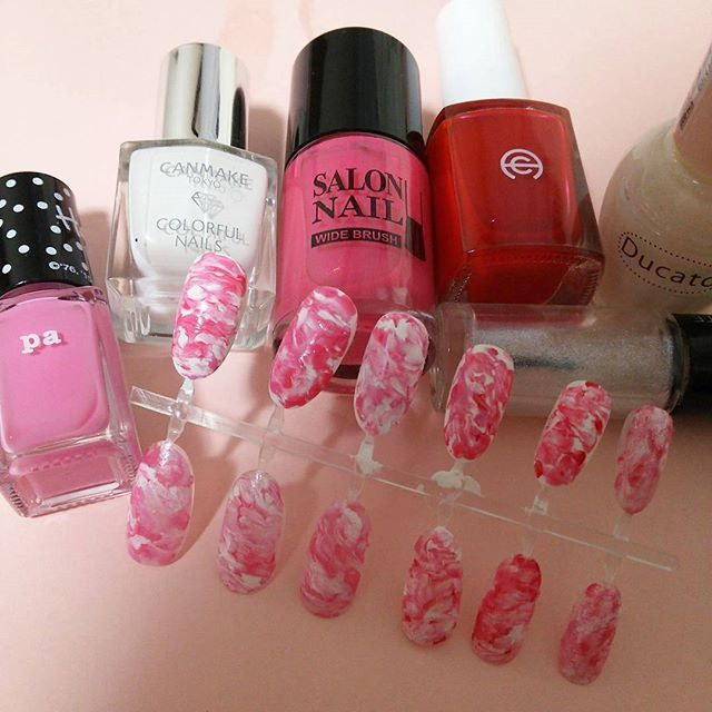 Spring is almost coming so pink pink pink😆lol : #マーブルネイル の練習🌀🌀🌀🌀 混ぜ混ぜするだけですが、なかなか難しい。。。 たっぷり塗るとしっかり混ざりますが、乾きが遅くなるので、バランスが難しいな😣💦 #ducato を初めて買ってみましたー‼ この色は少し半透明なので、真っ白とはまた違って柔らかい色😉❤ : #地爪に塗れる気しない #特に右手 #もちろんイメージはハードキャンディ🍭🍬 #nails #pink #manicure  #naillacquer #nailart #💅 #セルフネイル #ほぼ100均ネイル #ピンク #マニキュア #春ネイル
