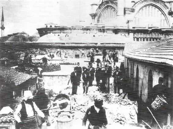 1894 Kapalıçarşı çatısında deprem sonrası halk ..