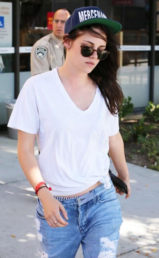 Kristen Stewart Leaving Wells Fargo Bank : Global Celebrtities (F) - FunFunky.com